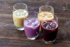 Vegetarischer Teller Vitamingetränke von den Beeren, von den Früchten und vom vegetab lizenzfreies stockfoto
