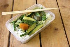 Vegetarischer thailändischer Lebensmittel Takeawayteller Stockbilder