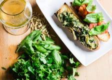 Vegetarisches bruschetta und Bier auf Holztisch Lizenzfreie Stockfotos