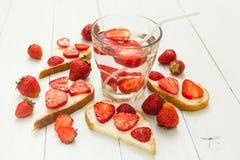 Vegetarisches Frühstück auf einer weißen Tabelle Frische Erdbeerefrucht stockfoto