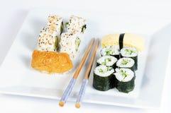 Vegetarisches kleines Sushimenü auf weißer Platte Stockfotografie
