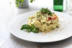 Vegetarisches Kochen Pappardelle-Teigwaren mit Blumenkohl und Spinat Teller auf einer wei?en Platte stockbild