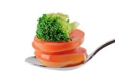 Vegetarisches Lebensmittel auf dem Löffel lokalisiert Stockfotografie
