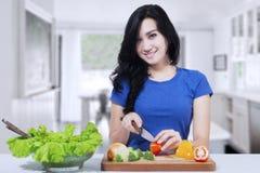 Vegetarisches Modell macht Salat Lizenzfreies Stockfoto