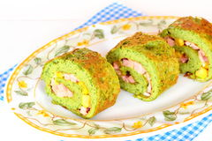 Vegetarisches Omelett rollt mit Spinat Das grüne Omelett, das mit geschnittener Wurst, geriebener Käse gefüllt wurde, konserviert Lizenzfreie Stockbilder