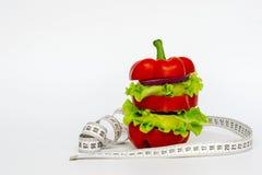 Vegetarisches Sandwich, Burger vom Pfeffer, Zwiebel, Kopfsalat für eine Diät auf einem weißen Hintergrund Kopieren Sie Platz lizenzfreies stockfoto