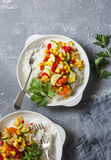 Vegetarisk bunke för grönsakfajitasris på den gråa tabellen, bästa sikt banta sund mat royaltyfria foton
