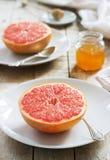 Vegetarisk frukost för två av havremjöl, bakad grapefrukt och te Lantlig stil arkivbild