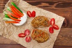 Vegetarisk frukostkornknäckebröd och aptitretare av aubergine Royaltyfri Bild