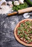 Vegetarisk grönsakpizza med arugula på lantlig bakgrund, bästa sikt, kopieringsutrymme Royaltyfri Fotografi