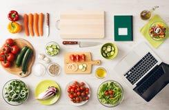 Vegetarisk idérik matlagning hemma royaltyfri fotografi