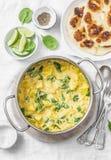 Vegetarisk kikärt, spenat, potatiscurrypanna och naan tunnbröd på vit bakgrund, bästa sikt Indisk sund mat royaltyfri fotografi
