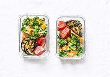 Vegetarisk lunchask Broccoli pumpa, couscoussallad, grillade aubergine och tomater Sunt banta det hem- matbegreppet Kontorsfoo royaltyfria foton