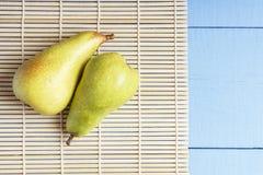 Vegetarisk mat från naturliga organiska frukter Nya päron på bambu som är matt för sund näring Bästa sikt på trätabellen med kopi royaltyfri bild