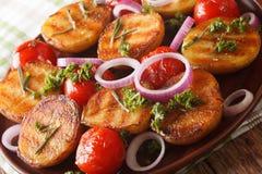 Vegetarisk mat: grillade nya potatisar och tomater med rosmarin Royaltyfria Foton