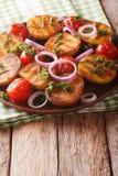 Vegetarisk mat: grillade nya potatisar och tomater med rosmarin Royaltyfria Bilder