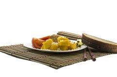 Vegetarisk mat med bröd, på en vit platta och på en filt Arkivfoto