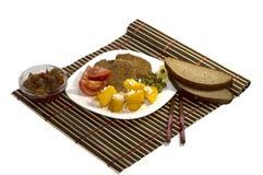 Vegetarisk mat med sås och med bröd, på en vit platta, den bästa sikten Fotografering för Bildbyråer