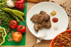 Vegetarisk mat mot kött Arkivfoto