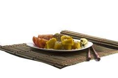 Vegetarisk mat, på en vit platta och på en filt Royaltyfri Bild