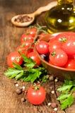 Vegetarisk mat: stilleben med nya körsbärsröda tomater Arkivbilder