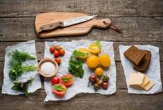 Vegetarisk mat Tomater med örter, bröd och arkivfoto