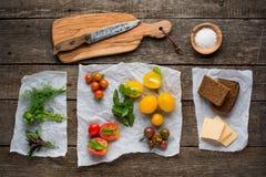 Vegetarisk mat Tomater med örter, bröd och royaltyfri bild