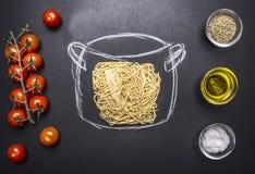 Vegetarisk matlagningpasta, målad kruka, körsbärsröda tomater, olja- och smaktillsatsför trälantlig bakgrund bästa sikt Arkivbilder