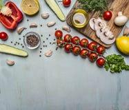 Vegetarisk matolja för matlagning, champinjoner, körsbärsröda tomater på en filial, gurka, peppar, smaktillsats på trälantlig bak Royaltyfria Foton