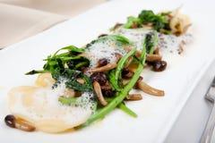 Vegetarisk pastaravioli med parmesan och broccoli Royaltyfri Bild