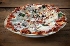 Vegetarisk pizza, lantlig inställning Royaltyfria Bilder