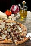Vegetarisk pizza med hårdost och cikorien Arkivfoto