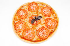 Vegetarisk pizza med ost och tomater Arkivbilder