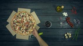 Vegetarisk pizza på ekologisk svart bakgrund