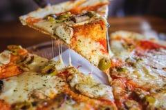Vegetarisk pizza på en mörk bakgrund med champinjoner royaltyfri bild