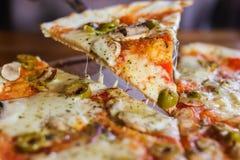 Vegetarisk pizza på en mörk bakgrund med champinjoner royaltyfri foto