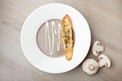 Vegetarisk purée för champinjonkrämsoppa med bakad brödost sl Royaltyfri Fotografi