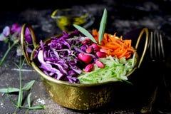 Vegetarisk sallad av nya grönsaker med bönor royaltyfri fotografi