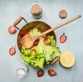 Vegetarisk sallad för ingredienser med jordgubben, körsbärsröda tomater, citron, kryddor, sund mat, bästa sikt Arkivfoto