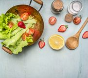 Vegetarisk sallad för ingredienser med jordgubben, körsbärsröda tomater, citron och kryddor, sund mat och utrymme för bästa sikt  Arkivfoton