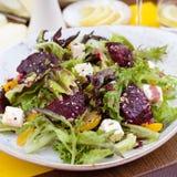 Vegetarisk sallad med rödbeta i restaurangen Arkivbild