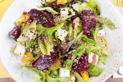 Vegetarisk sallad med rödbeta i restaurangen Royaltyfri Fotografi