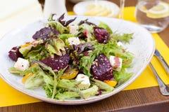 Vegetarisk sallad med rödbeta i restaurangen Arkivfoto