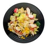 Vegetarisk sallad på en platta sallad från havre-, sallad-, tomat-, gurka-, peppar- och krabbapinnar sund mat royaltyfri bild