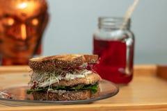 Vegetarisk smörgås och förnyande hibiskuste arkivfoton