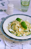 Vegetarisk spagetti för pastasallad med zucchinin Fotografering för Bildbyråer