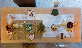 Vegetarisk tabell med frukter, grönsaker och bär fotografering för bildbyråer