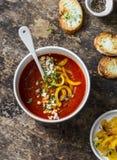 Vegetarisk tomatsoppa med bakad gul söt peppar på träbakgrund Royaltyfri Bild