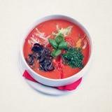 Vegetarisk tomatsoppa röd gazpacho med grönsaker exponeringsglas upp sikt Arkivbild