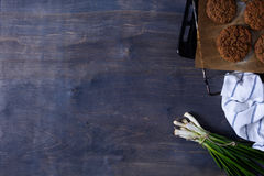 Vegetariska falafelkikärtsmå pastejer på täckningmagasinet med salladslöken, wood bakgrund Kopieringsutrymme, bästa sikt Fotografering för Bildbyråer
